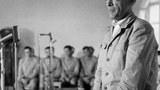 지난 1968년 북한에 나포된 푸에블로호 함장 버처 중령이 간첩혐의를 시인하는 기자회견을 하고 있다.