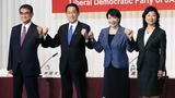17일 도쿄 자민당 본부에서 열린 당 총재 선거 후보 공동 기자회견에서 4명의 후보가 나란히 서서 주먹을 불끈 쥐고 있다. 왼쪽부터 고노 다로, 기시다 후미오, 다카이치 사나에, 노다 세이코.