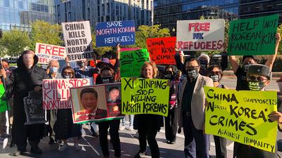 북한자유연합의 북한 인권 운동가들이 24일 워싱턴 DC에 있는 중국 CCTV 방송국 앞에서 시진핑 중국 주석에게 강제 북송 중단을 요청하는 시위를 벌이고 있다.