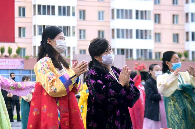 북한이 당창건 76주년을 맞아 뜻깊게 경축하고 각지에서 다채로운 경축공연들이 진행됐다고 조선중앙통신이 11일 보도했다.