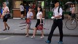 평양 거리를 걷고 있는 주민들의 모습.