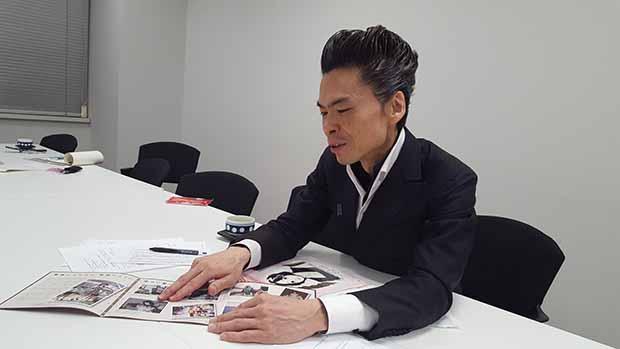 지난 2017년 3월 28일 도쿄 납치문제대책본부 회의실에서 만난 요시다 나오야 씨. 요시다 씨가 친구 메구미 씨의 어린 시절 사진을 보여주고 있다.