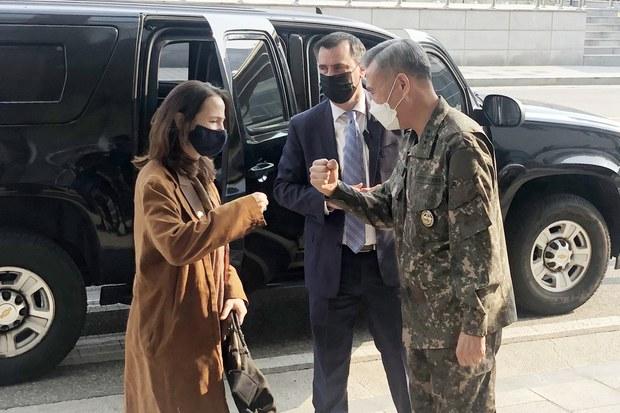 방한 중인 애브릴 헤인스 미국 국가정보국(DNI) 국장이 13일 오후 서울 용산구 국방정보본부를 방문, 이영철 본부장과 주먹인사를 하고 있다.