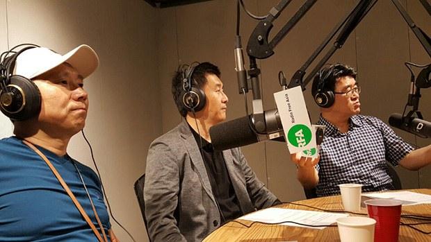사진은 자유아시아방송 스튜디오에서 탈북자들과 인터뷰를 모습.