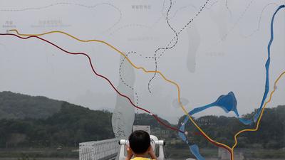 경기도 파주 임진각을 방문한 어린이가 망원경으로 북한 접경 지역을 보고 있다.