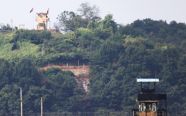 24일 경기도 파주시 접경지역에서 바라본 임진강변에 남북 초소가 마주보고 있다.