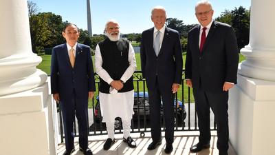 24일 미국 워싱턴 DC 백악관에서 (왼쪽부터) 만난 스가 요시히데 일본 총리, 나렌드라 모디 인도 총리, 조 바이든 미국 대통령, 스콧 모리슨 호주 총리.