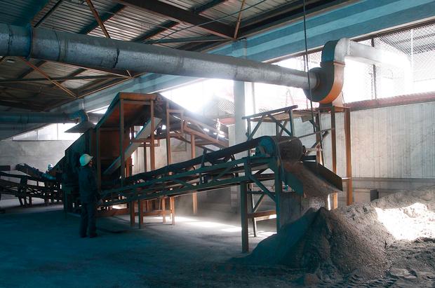 평양 보통강 구역의 공장에서 석탄을 생산하는 모습.