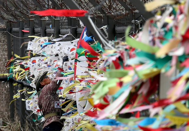 경기도 파주 임진각 철책에 한 시민이 평화와 통일을 기원하는 깃발을 달고 있다.