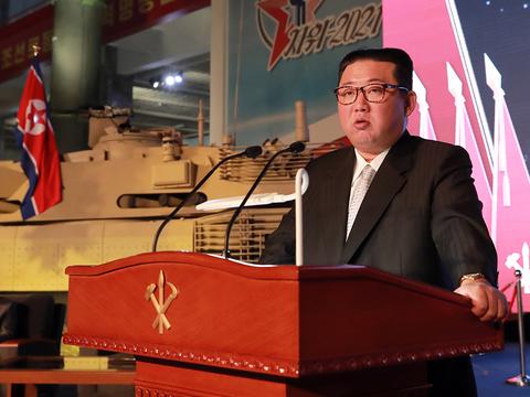 북한이 노동당 창건 76주년을 맞아 국방발전전람회 '자위-2021'을 11일 3대혁명 전시관에서 개막, 김정은 당 총비서가 기념연설을 했다고 조선중앙통신이 12일 보도했다.
