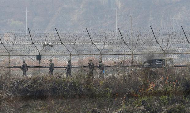 경기도 파주의 국경 철책을 따라 군인들이 이동하고 있다.