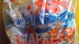 2011년 김정일 생일에 배분된 과자 봉지. '세상에 부럼 없어라'라고 적혀 있다. 당시에 맛이 없다는 악평을 받고 시장에 내놓고 파는 사람이 속출했다.