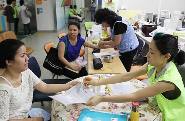 서울 마포구 보건소에서 열린 외국인 다문화 가정 등 무료진료 행사에서 결혼이주여성 등이 채혈 및 건강상담을 받고 있다.