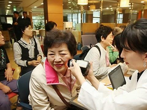 서울 이화동 종로노인종합복지관에서 대한피부과학회 전문의가 '찾아가는 피부과 교실' 봉사활동의 일환으로 노인들에게 피부건강 무료검진을 해주고 있다.
