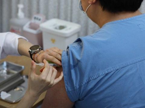 서울시 중구 을지로 국립중앙의료원 중앙예방접종센터에서 의료진이 화이자 백신을 접종 받고 있다.
