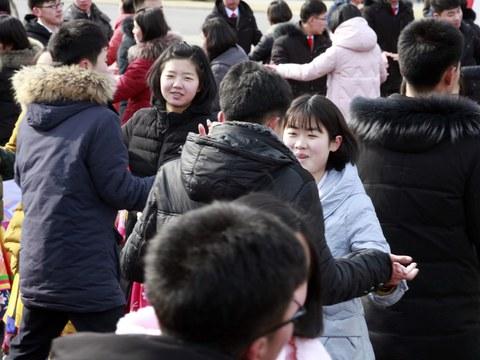 지난 2019년 북한 건군절에 청춘 남녀들이 춤을 추고 있다.