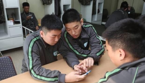 경기도 연천군 서부전선 비무장지대(DMZ)에서 육군 25사단 장병들이 휴대전화를 사용하며 휴식하고 있다.
