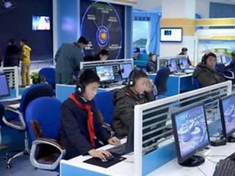 북한 청소년들이 과학기술전당 내부에 전시된 우주과학 관련 자료를 컴퓨터로 살펴보는 모습.
