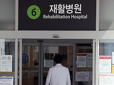 서울 서대문구 신촌 세브란스병원 재활병원 입구로 의료진이 들어가고 있다.
