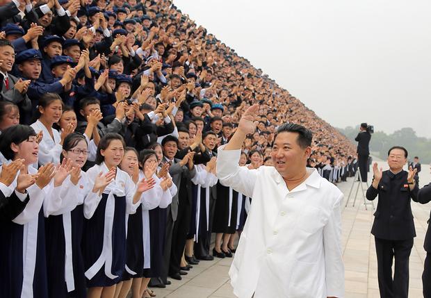 김정은 북한 국무위원장이 청년절 경축행사 참가자들과 기념사진을 촬영했다고 조선중앙통신이 지난달 31일 보도했다.