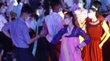 청년절을 맞아 평양에서 춤을 추고 있는 북한의 젊은이들.