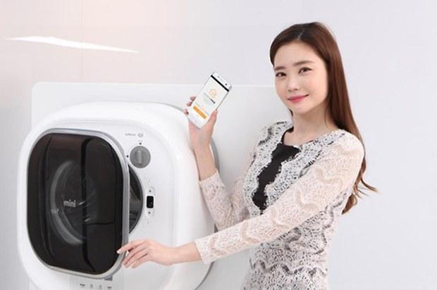 동부대우전자가 선보인 벽걸이 드럼세탁기 '미니(Mini)'에 사물인터넷(IoT) 기능을 접목한 신제품.