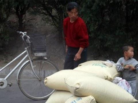 평양 시내에서 한 모자가 쌀 포대 앞에서 잠시 휴식을 취하고 있다.