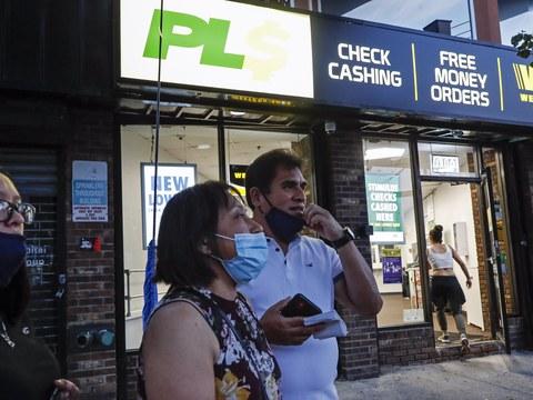 뉴욕의 한 여성이 남편, 딸과 함께 웨스턴 유니언에서 멕시코의 가족에게 송금을 하고 나오고 있다.