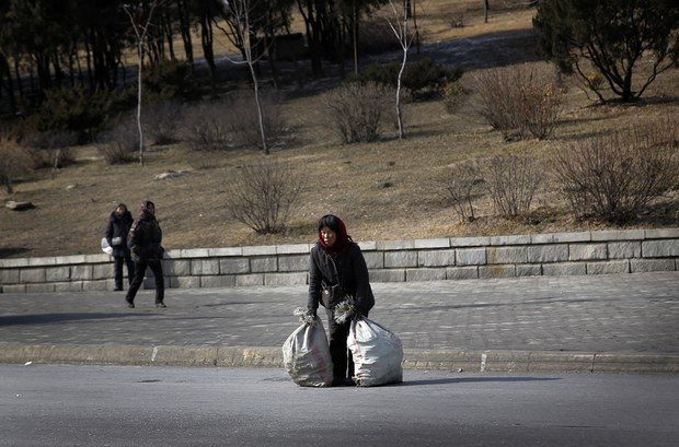 북한 여성들 고난의 행군 오늘도 계속