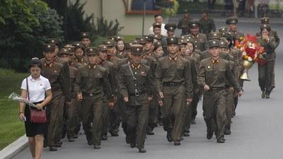 북한군 병사들이 무리를 지어 행진하고 있다.