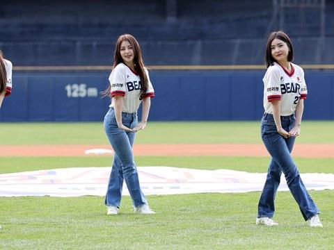 지난  4일 서울 잠실야구장에서 열린 2021 KBO 프로야구 KIA 타이거즈와 두산 베어스의 경기. 걸그룹 브레이브걸스가 축하공연을 하고 있다.
