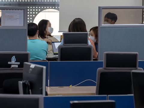 정부가 9일 '트래블 버블(Travel Bubble·여행안전권역)'을 본격 추진하기로 한 9일 오후 서울의 한 여행사에서 직원들이 회의를 하고 있다.