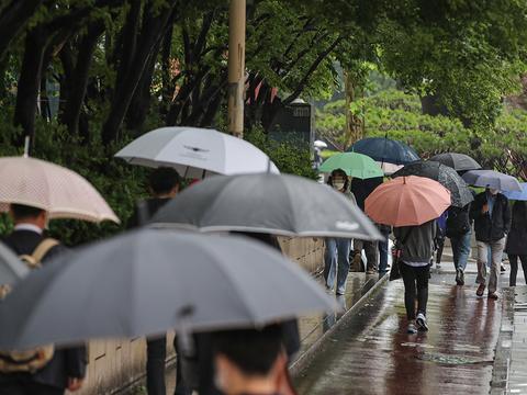 서울 송파구 잠실사거리에서 시민들이 우산을 쓰고 이동하고 있다.
