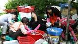 서울 강동구에 사는 탈북자 10명이 뜻을 모아 발족한 '되돌이사랑 봉사단'이 성내동 안말어린이공원에서 열린 저소득층 노인 대상 행사에서 자원봉사자로 일하고 있다.