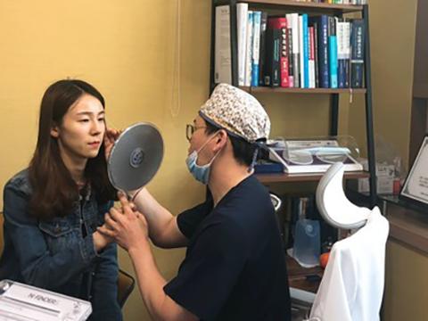 천안의 한 성형외과에서 성형 상담을 하는 모습.