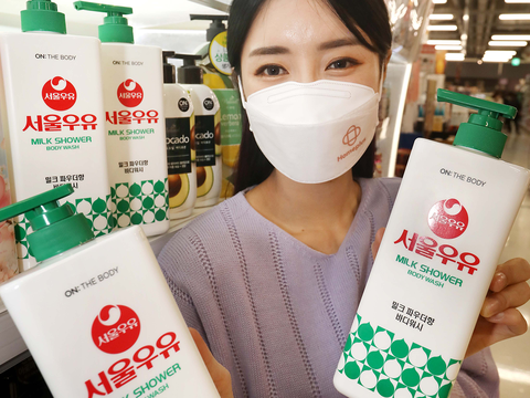 서울의 한 매장에서 모델이 레트로 감성 '서울우유 바디워시' 상품을 선보이고 있다.