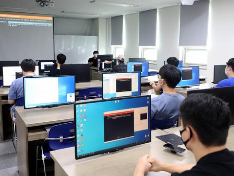 부산 사상구에 있는 경남정보대학교 AI컴퓨터학과 학생들이 전공 실습을 하고 있다.