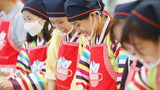 대구 달서구 건강가정 다문화 지원센터에서 열린 다문화 가족 추석 문화체험행사에서 참가자들이 명절 음식을 만들어 보고 있다.