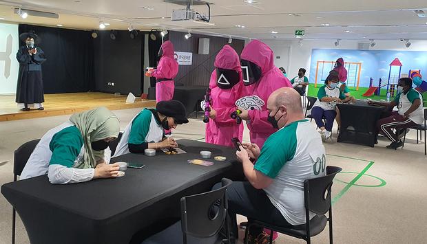아랍에미리트(UAE) 아부다비 한국문화원에서 시민들이 넷플릭스 드라마 '오징어 게임'에 나오는 놀이를 체험하고 있다.