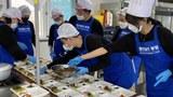 경북도 청년봉사단 20여명이 지난해 3월 신종 코로나바이러스 감염증(코로나19) 치료에 나선 의료진과 공무원에게 주고자 '행복도시락' 점심을 만들고 있다. 경산시청과 보건소, 세명·중앙병원 선별진료소 등 4곳에 250개의 도시락을 나눠줬다.