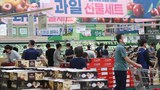 사진은 14일 서울의 한 농식품 전문 매장에서 장을 보는 시민들.