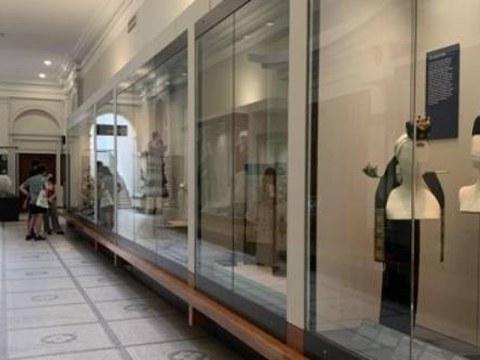 세계 최대 공예박물관인 영국 런던의 빅토리아앤드앨버트 박물관(V&A·Victoria and Albert Museum)이 한국 대중문화를 조망하는 '한류 전시회'를 개최한다.  V&A 박물관은 내년 전시 계획을 발표하며 2022년 9월부터 2023년 6월까지 'Hallyu! The Korean Wave(한류! 코리안 웨이브)' 전시를 한다고 알렸다. 사진은 V&A 박물관 한국실.