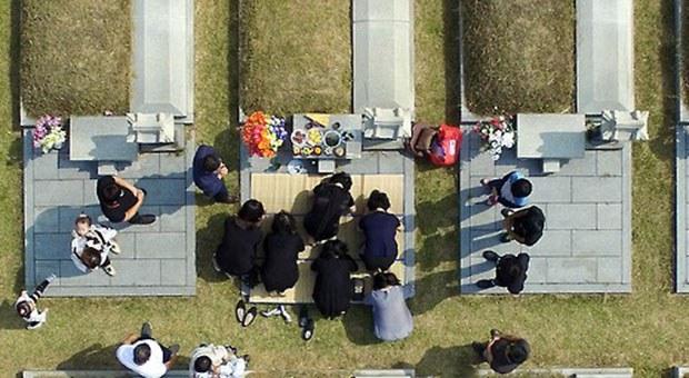 인천가족공원에서 가족의 묘를 찾은 시민들이 성묘하고 있다.