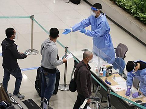 인천 영종도 국제공항에서 입국자들을 대상으로 검역 과정을 진행하는 모습.