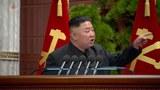 북한 노동당 제8기 제2차 정치국 확대회의에서 김정은 총비서가 손을 들어 지적하면서 간부들을 질책하고 있다.