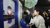 서울 중구 시민청에서 시민들이 '겨레말큰사전 홍보관'을 체험하고 있다.