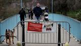 영국 런던의 세인트제임스 공원을 산책하는 사람들.