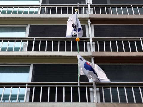 현충일인 6일 서울의 한 아파트 단지에 걸린 태극기.