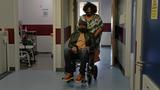 코로나 바이러스에 감염되어 영국 런던의 한 병원에서 치료를 받고 있는 환자의 모습.