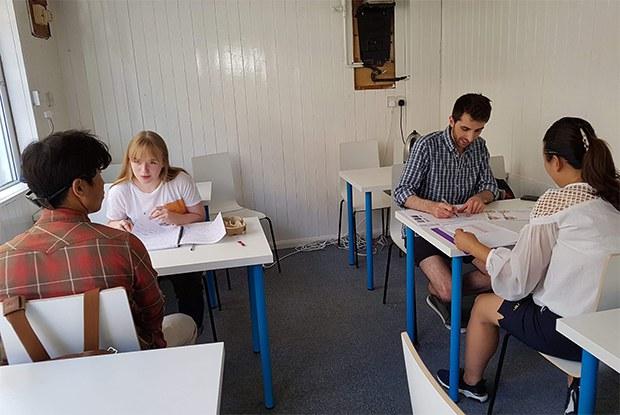 커넥트 북한에서 영어공부를 하고 있는 자원봉사자들과 탈북난민들.